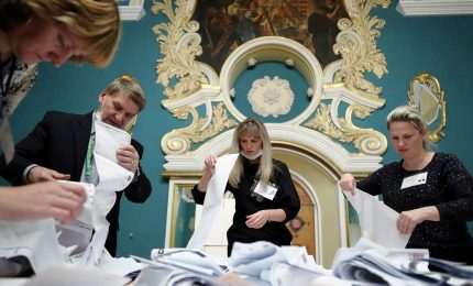 """Russia, super-maggioranza per partito Putin. Ma al Parlamento arriva """"Gente nuova"""""""