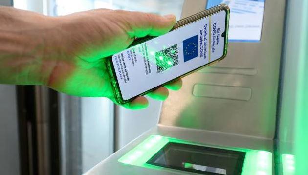 Green pass, Draghi firma il Dpcm. Dai controlli alle sanzioni al lavoro