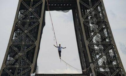 L'impresa del funambolo a Parigi: a 70 metri sulla Senna