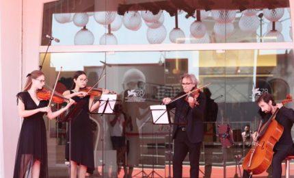 Venezia si ferma per il toccante omaggio musicale a Ezio Bosso