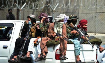 Afghanistan, i talebani vietano le proteste e pattugliano Kabul