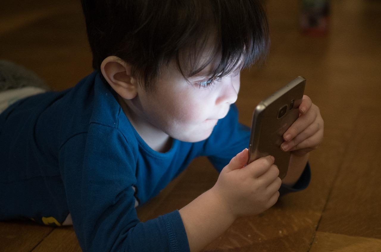Minori, subito il parental control di default su tutti i device in vendita