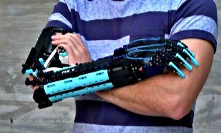 Le protesi per le braccia costruite con i mattoncini dei Lego
