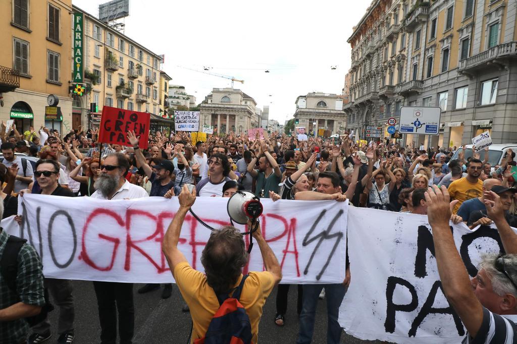 No vax sfondano cordone polizia, scontri a Milano