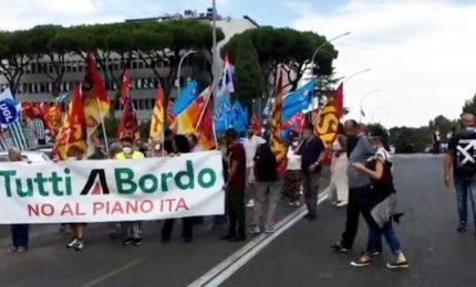 Alitalia, corteo dei lavoratori di fronte alla sede di Ita