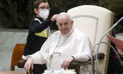 Un bambino irrompe (per tre volte) all'udienza di Papa Francesco