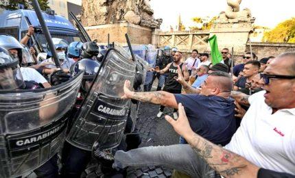 """Disordini e tensione a Roma: """"Sedie contro polizia"""""""